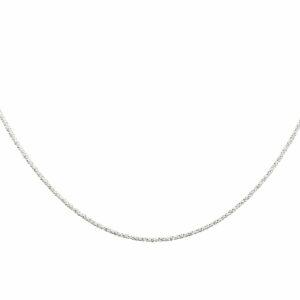 Silberkettchen gedreht diamantiert am Hals einer Frau