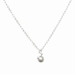 Silberkette mit Froschanhänger auf einer Perle