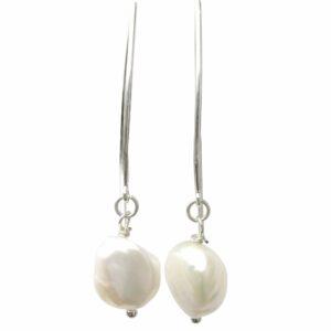 Silberohrhänger mit weißer Perle