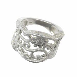 Ring mit durchbrochenen Blumenranken