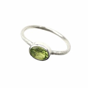 Ring matt mit Peridot oval