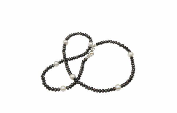 braun geschliffenes Glas mit weißen Perlen(Süßwasser) und Silberverschluss