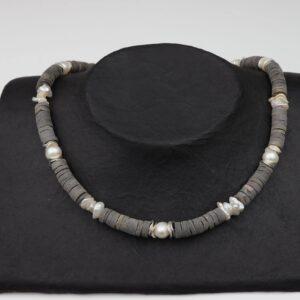 Hornkette mit weißen Perlen und Silberplättchen an Silberverschluss handgemachtes Unikat auf Pappaufsteller