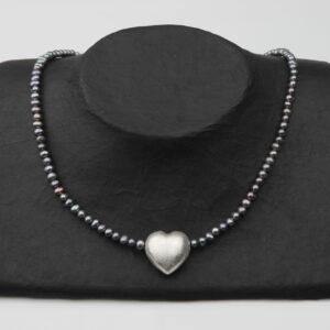 Graublaulilane Perlenkette mit Silberherz 2x2 cm und Silberverschluss handgemachtes Unikat auf Pappaufsteller schwarz