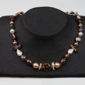Perlenkette kurz mit braunen Perlen sowie verschiedenen Formen und Silberschluss handgemachtes Unikat