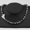 Graublaulilane Perlenkette mit schrägem Silberherz 2x3 cm und Silberverschluss handgemachtes Unikat auf Pappaufsteller schwarz