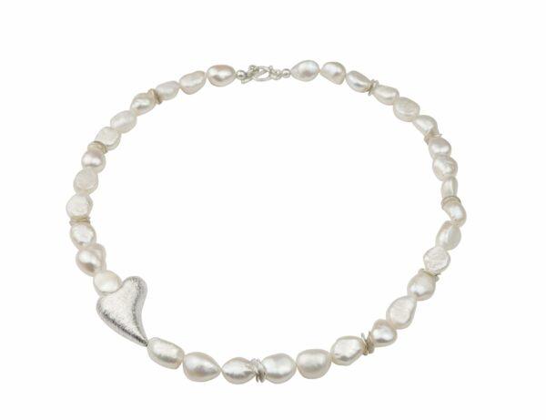 Weiße Perlenkette mit schrägem Silberherz 2x3 cm dazu Silberplättchen und Silberverschluss handgemachtes Unikat