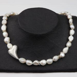Weiße Perlenkette mit schrägem Silberherz