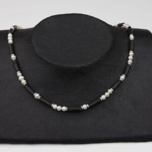 Perlenkette mit Lavastiften dazu Silberplättchen und Silberverschluss handgemachtes Unikat auf Pappaufsteller schwarz