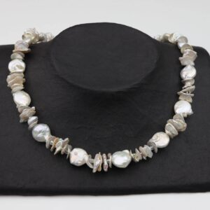 weiße Perlenkette (Nuggets/Plättchen) mit Silberplättchen und Silberverschluss handgemachtes Unikat auf schwarzen Pappaufsteller