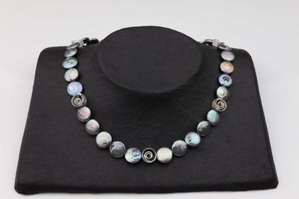 graue Perlennuggets mit Silberspiralen und Silberverschluss handgemachtes Unikat auf schwarzem Pappaufsteller