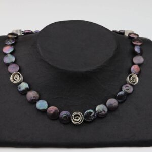 dunkelgraue lila Perlennuggets mit Silberspiralen und Silberverschluss handgemachtes Unikat auf schwarzem Pappaufsteller