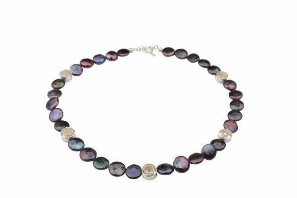 dunkelgraue lila Perlennuggets mit Silberspiralen und Silberverschluss handgemachtes Unikat