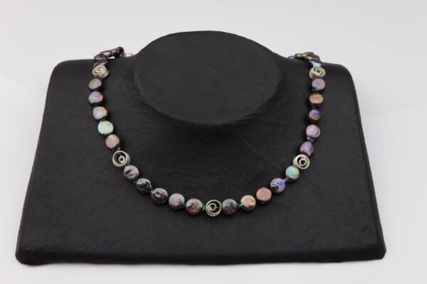 dunkelgraue lila Perlennuggets mit kleinen Silberspiralen und Silberverschluss handgemachtes Unikat auf schwarzem Pappaufsteller