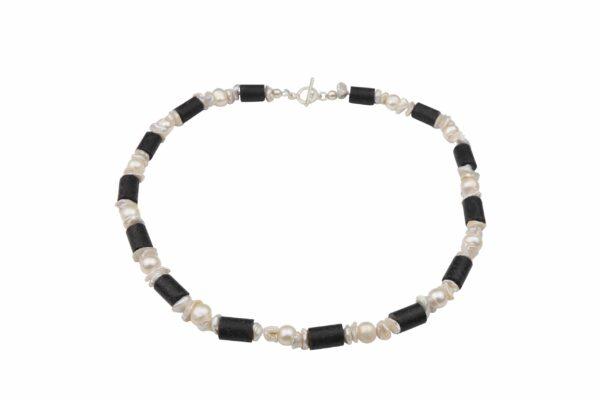 Perlenkette mit unförmigen Perlen weiß und Lavaröhren dazu Silberschluss handgemachtes Unikat
