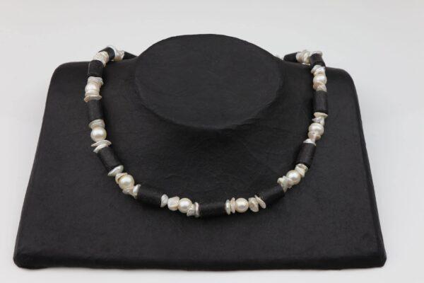 Perlenkette mit unförmigen Perlen weiß und Lavaröhren dazu Silberschluss handgemachtes Unikat auf schwarzem Pappaufsteller