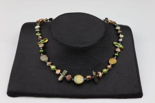 Perlenkette kurz mit grünen Perlen unförmig und Silberverschluss handgemachtes Unikat auf schwarzem Pappaufsteller