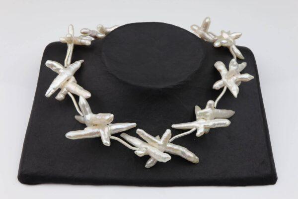 weiße Perlenkreuze mit gebürsteten Silberstäbchen absolut einzigartig und Silberverschluss handgemachtes Unikat auf schwarzem Pappaufsteller
