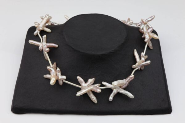 rosane Perlenkreuze mit gebürsteten Silberstäbchen absolut einzigartig und Silberverschluss handgemachtes Unikat auf schwarzem Pappaufsteller