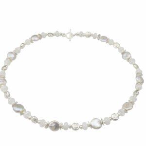 Weiße Perlenkette mit Silberschnecken und Bergkristall