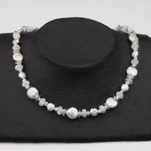 weiße Perlenkette mit Silberschnecken und Bergkristall dazu Silberverschluss handgemachtes Unikat auf schwarzem Pappaufsteller