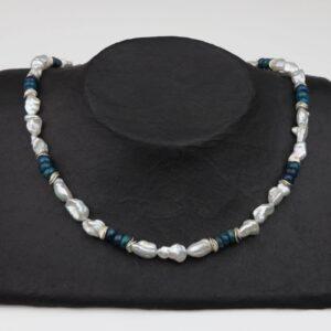 weiße unförmige Perlenkette mit Apatit und Silberplättchen dazu Silberverschluss handgemachtes Unikat auf schwarzem Pappaufsteller
