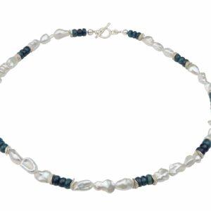 Weiße unförmige Perlenkette mit Apatit und Silberplättchen