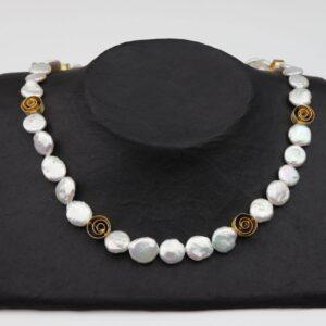 weiße flache Perlennuggets mit Goldspiralen Silber vergoldet handgemachtes Unikat auf schwarzem Pappausteller