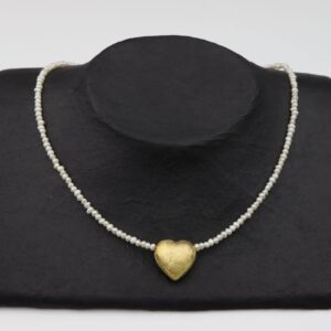 kleine weiße Perlenkette mit vergoldetem Silberherz handgemachtes Unikat auf schwarzem Pappaufsteller