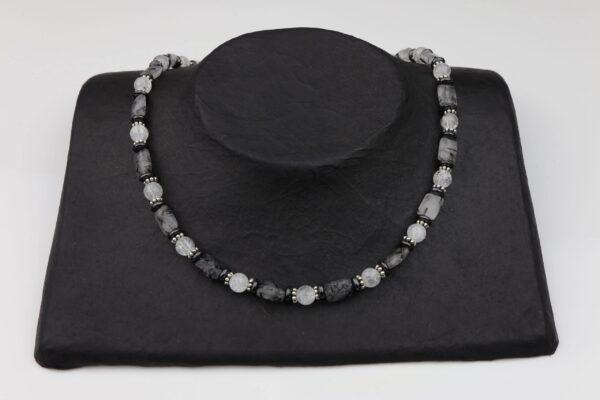 Bergkristall, Hämatit, Turmalinquarz Kette mit Silberplättchen und Silberverschluss handgemachtes Unikat auf schwarzem Pappaufsteller