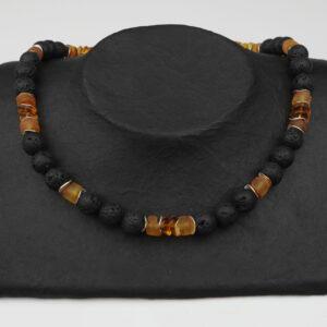 Lava-Bernsteinkette mit Silberplättchen und Silberverschluss handgemachtes Unikat auf schwarzem Pappaufsteller