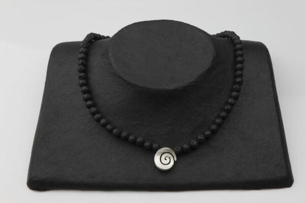 Lavakette 0,5 mit Silberspirale und Silberverschluss handgemachtes Unikat auf schwarzem Pappaufsteller