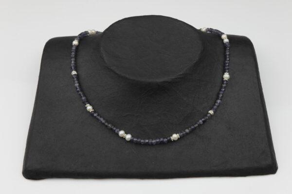 Amethystkette mit Perlen mit Silberteilen und Silberverschluss handgemachtes Unikat auf schwarzem Pappaufsteller