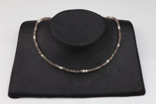 Rauchquarzkette mit Perlen dazu Silberplättchen und Silberverschluss handgemachtes Unikat auf schwarzem Pappaufsteller
