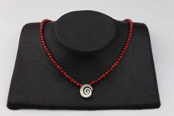Korallenkette schmal mit Silberspirale und Silberverschluss handgemachtes Unikat auf schwarzem Pappaufsteller