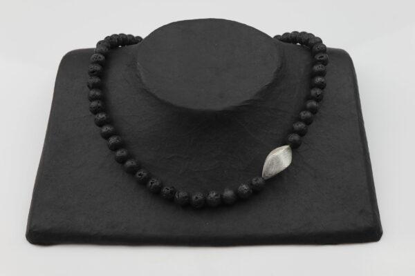Lavakette mit Silberrechteck verdreht und Silberverschluss handgemachtes Unikat auf schwarzem Pappaufsteller