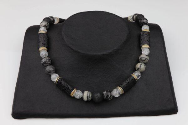 Streifenjaspis-Lava-Bergkristallkette mit Silberplättchen und Silberverschluss handgemachtes Unikat auf schwarzem Pappaufsteller