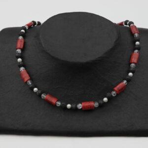 Lava-Korallen-Bergkristall-Perlenkette mit Silberverschluss handgemachtes Unikat auf schwarzem Pappaufsteller