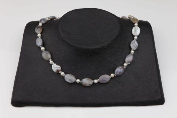 Achat-Perlenkette mit Silberverschluss handgemachtes Unikat auf schwarzem Pappaufsteller