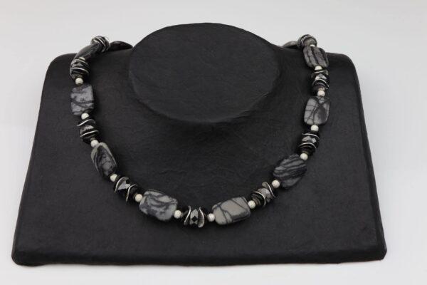 Jaspiskette mit Hämatit und Silber dazu Silberverschluss handgemachtes Unikat auf schwarzem Pappaufsteller