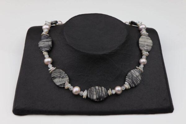 Streifenjaspis-Bergkristallkette mit Perlen weiß/rosa und Silberverschluss handgemachtes Unikat auf schwarzem Pappaufsteller