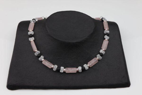 RosenquarzBergkristall Lava und rosa Perlenkette mit Silberverschluss handgemachtes Unikat auf schwarzem Pappaufsteller