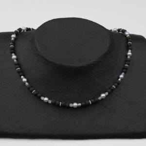 Lavaperlenkette mit Silberplättchen und grauen Perlen dazu Silberverschluss handgemachtes Unikat auf schwarzem Pappaufsteller