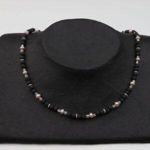 Lavaperlenkette mit Silberplättchen und rosa Perlen dazu Silberverschluss handgemachtes Unikat auf schwarzem Pappaufsteller
