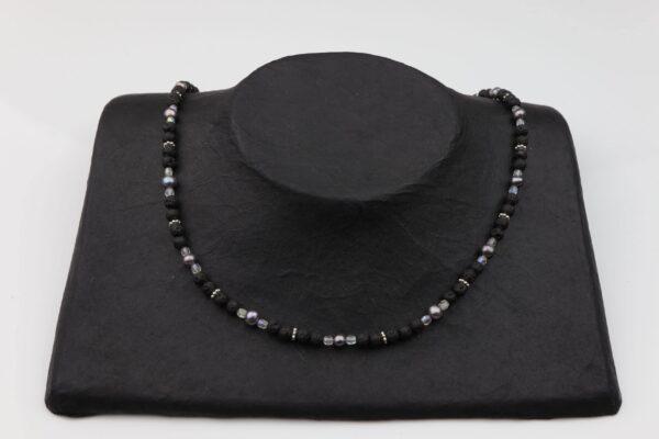 Lavaperlenkette mit Silberplättchen und dunkelgrauen Perlen dazu Silberverschluss handgemachtes Unikat auf Pappaufsteller