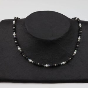 Lavaperlenkette mit Silberplättchen und weißen Perlen dazu Silberverschluss handgemachtes Unikat auf schwarzem Pappaufsteller