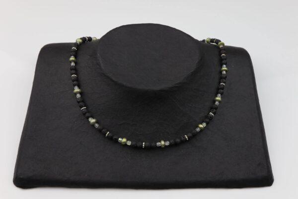 Lavaperlenkette mit Silberplättchen und grünen Perlen dazu Silberschluss handgemachtes Unikat auf schwarzem Pappaufsteller