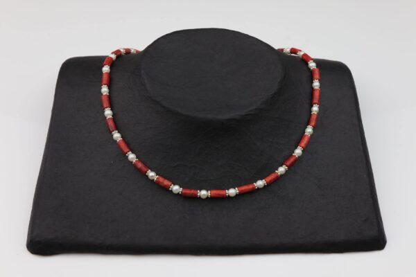 Korallenkette mit Perlen und Silberplättchen dazu Silberverschluss handgemachtes Unikat auf schwarzem Pappaufsteller
