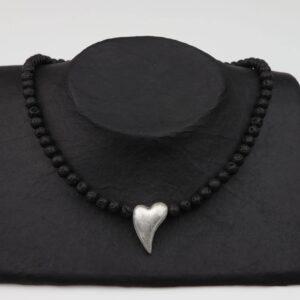Lavaperlenkette mit unförmigen Herz und Silberverschluss handgemachtes Unikat auf schwarzem Pappaufsteller
