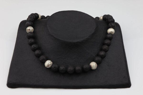 Lavakette mit offenen Silberkugeln und Silberverschluss handgemachtes Unikat auf schwarzem Pappaufsteller